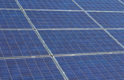 Gedetailleerde foto aan photovoltaic zonnepanelen in metaalkader royalty-vrije stock foto