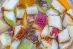 Gedetailleerde mening bij de gesneden vruchten, appel, sinaasappel en komkommer, op de drank van de champagnesangria royalty-vrije stock fotografie