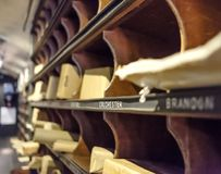 Gedetailleerde mening o een mobiel brieven sorterend die bureau binnen een spoorwegauto wordt gezien stock foto's
