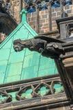 Gedetailleerde mening van het standbeeld op het Kasteel van Praag in Praag Stock Foto's