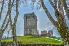 Gedetailleerde mening van middeleeuws Montalegre-kasteel, dramatische hemel als achtergrond royalty-vrije stock afbeeldingen