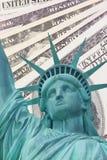 Standbeeld van Vrijheid en de achtergrond van Dollars Royalty-vrije Stock Afbeeldingen