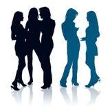 Silhouetten van jonge vrouwen die met elke othe babbelen Stock Foto