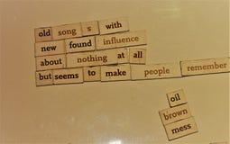 Gedicht over Liederen en Geheugen op een Raad wordt gecreeerd die stock foto's