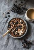 Gediend gezond vegetarisch ontbijt - chocolade nachtelijke haver en koffie op een grijze achtergrond, hoogste mening Vlak leg royalty-vrije stock foto's