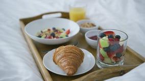 Gediend ontbijt op bed stock videobeelden