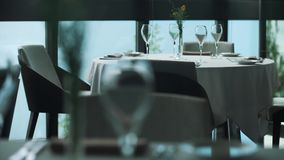 Gediende eettafels bij duur restaurant, op balkon over overzees stock footage