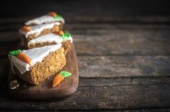 Gediende eigengemaakte wortelcake Stock Foto's