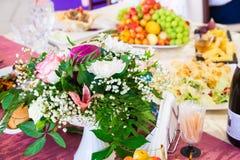 Gediende lijst bij het Banket Vruchten, snacks, delicatessen en bloemen in het restaurant Plechtig gebeurtenis of huwelijk stock fotografie