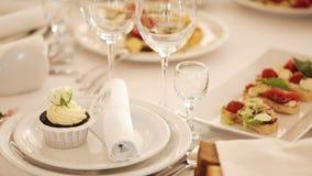 Gediende lijst Glazen op de lijst De zaal van Banqueting Banket in het restaurant Heerlijk voedsel op banketlijst bij stock video