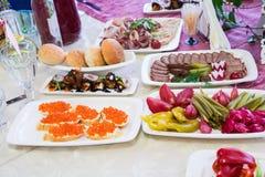 Gediende lijst in het restaurant bij het Banket Snacks en delicatessen bij het buffet stock afbeeldingen
