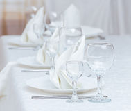 Gediende lijst in restaurant Royalty-vrije Stock Foto's