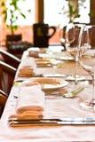 Gediende lijst in restaurant Stock Foto's