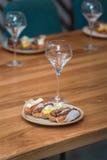 Gediende lijst voor voedsel en wijnstok het proeven Eclairs met verschillende ganache en suikerglazuur met verschillende bovenste Royalty-vrije Stock Foto's