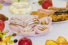Gediende lijsten bij het Banket Desserts, fruit en gebakjes op het buffet catering royalty-vrije stock afbeeldingen