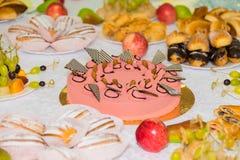 Gediende lijsten bij het Banket Desserts, fruit en gebakjes op het buffet catering royalty-vrije stock afbeelding