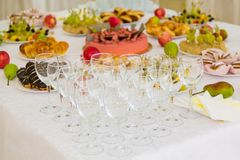 Gediende lijsten bij het Banket Desserts, fruit en gebakjes op het buffet Glas catering royalty-vrije stock afbeelding