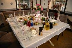 Gediende lijsten in restaurant voor huwelijksontvangst royalty-vrije stock afbeeldingen