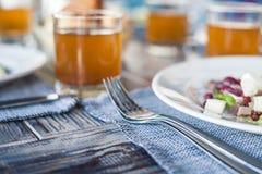 Gediende lunch in restaurant, gekookte eisalade, bonen en crackers royalty-vrije stock afbeelding