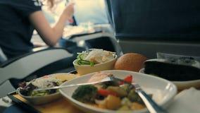 Gediende Lunch in Vliegtuigen Maaltijd aan boord stock videobeelden