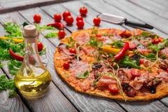 Gediende pepperonispizza op een vage achtergrond Verse Italiaanse pizza Pizza het koken concept Traditionele Italiaanse keuken stock fotografie