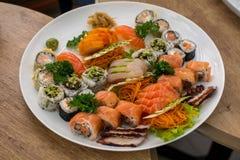 Gediende sushi, sashimi en broodjes stock afbeelding