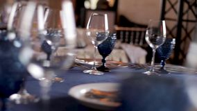 Gedient mit einer blauen Tabelle mit Tischbesteck stock footage
