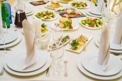 Gediente Restauranttabelle mit Salaten lizenzfreies stockfoto