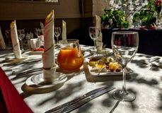 Gediente Tabelle in der Gaststätte Lizenzfreie Stockfotografie