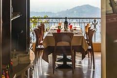 Gediente Tabelle in einem italienischen Restaurant Stockbilder