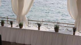 Gediente Tabelle in einem Restaurant auf dem Strand in Europa bei Sonnenuntergang stock video footage