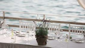 Gediente Tabelle in einem Restaurant auf dem Strand in Europa bei Sonnenuntergang stock video