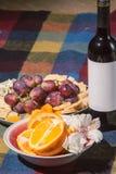 Gediente Tabelle mit Weinflasche Stockbild