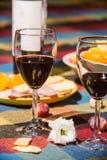 Gediente Tabelle mit Weinflasche Lizenzfreies Stockfoto