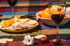 Gediente Tabelle mit Weingläsern Stockbild