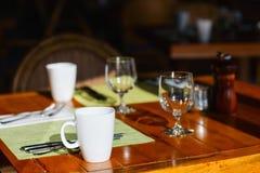 Gediente Tabelle am Restaurant Stockbilder