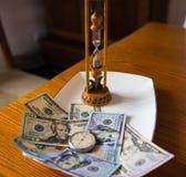 Gediente Zeit und Geld auf Rohr Lizenzfreie Stockfotos