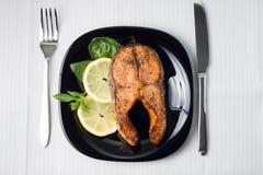 Gedienter gegrillter Salmon Steak. Draufsicht Stockfotos