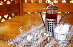 Gedienter Nachmittagstee: Cup, Teekanne und Zucker Stockbilder