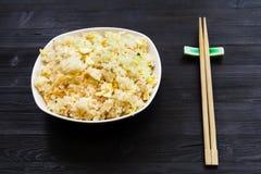Gedienter Teil von Fried Rice mit Essstäbchen lizenzfreies stockbild