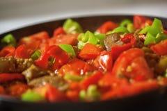 Gedienter Teller mit Fleisch, Tomaten und Pfeffer Stockfoto