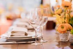 Gedientes Abendessengedeck in einem Restaurant lizenzfreie stockfotos