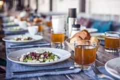 Gedientes Mittagessen im Restaurant, in gekochtem Eiersalat, in den Bohnen und in den Crackern stockbilder