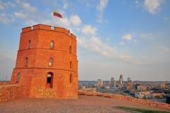 Gedimas torn i överkanten av Vilnius Arkivbilder