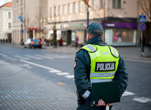 巡逻的警察在Gediminas大道,维尔纽斯,立陶宛 库存图片