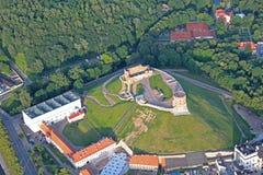 Gediminas slott i Vilnius den flyg- sikten Arkivfoton