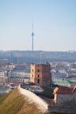 Gediminass Towerand sikt av Vilnius, Litauen arkivbild