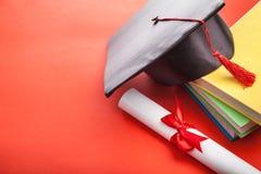 Gediplomeerd hoed en boek royalty-vrije stock fotografie