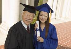 Gediplomeerde en deken buiten universiteit Stock Foto's