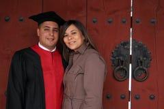 Gediplomeerde en zijn vrouw op ceremoniedag. stock fotografie